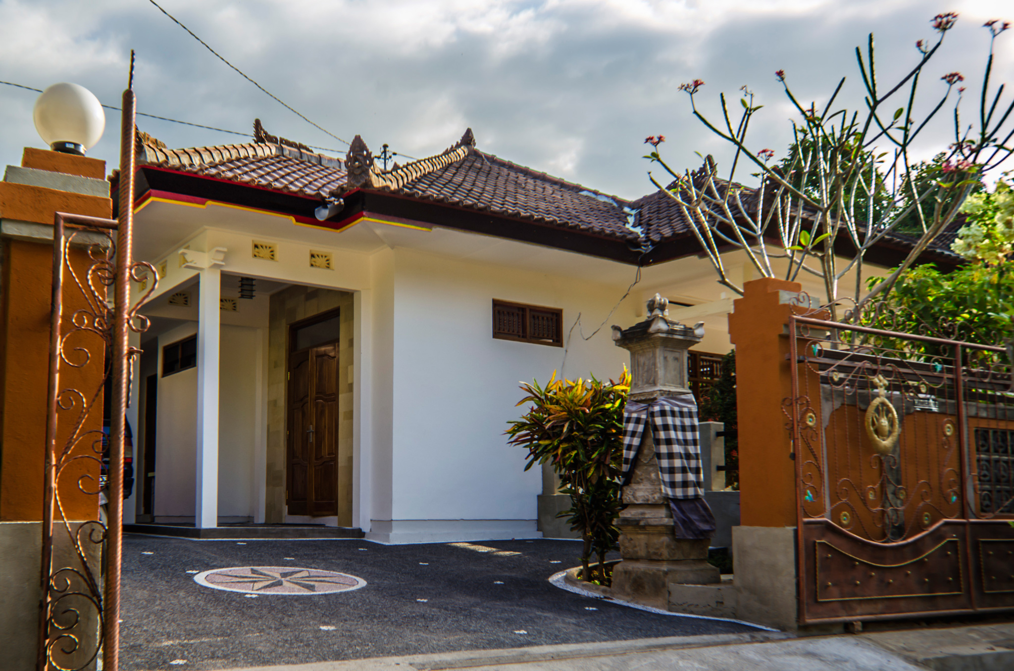 Ima Guest house offers you a very comfortable stay at inexpensive price. In our recently renovated Villas you will also stay in a very quiet residential area surrounded by mostly traditional styled Balinese houses. It's location is in Central Lovina Kalibukbuk ( often referred as Central Lovina).